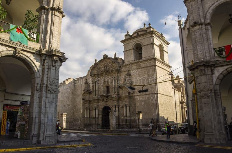 Plaza de Armas och kyrka av företaget i Arequipa, Peru fotografering för bildbyråer