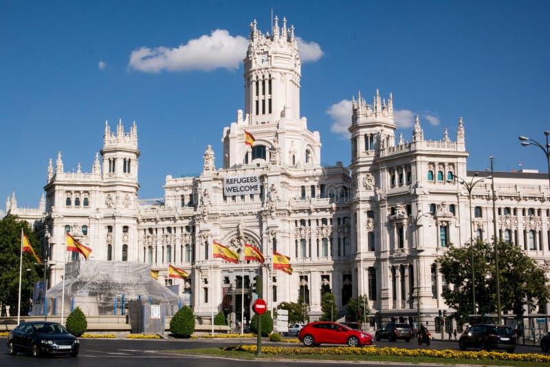 Plaza de Cibeles e comune a Madrid centrale con i rifugiati firma fotografia stock libera da diritti