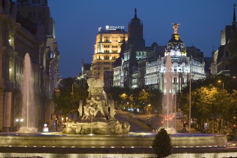 Plaza de Cibeles på natten, med den Edificio metropolisen och Fuente de Cibeles, Madrid, Spanien royaltyfri bild