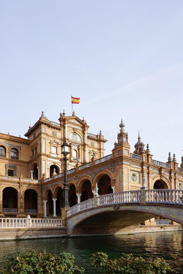 Plaza de España con la bandera española fotos de archivo