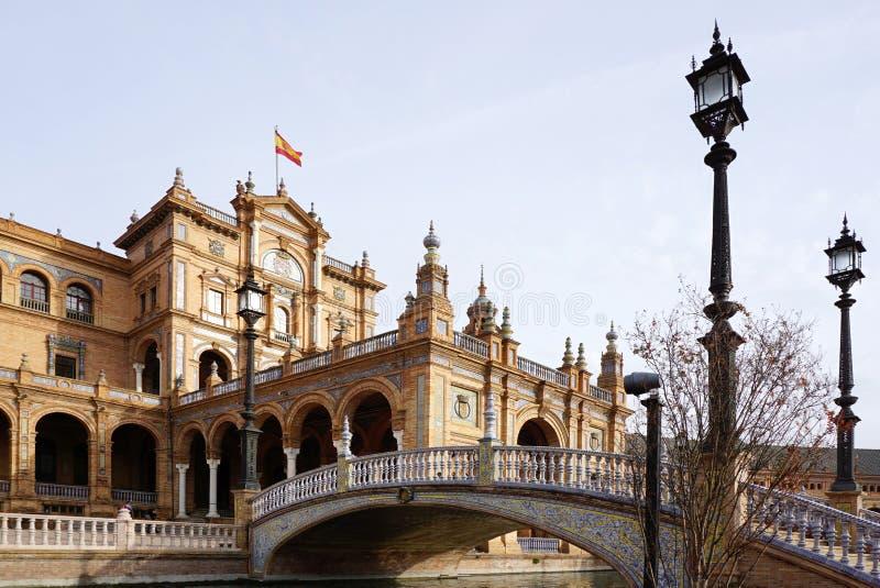 Plaza de España con la bandera española imagen de archivo libre de regalías