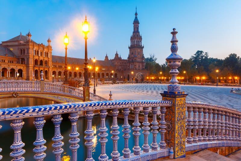 Plaza de Espana nachts in Sevilla, Spanien stockbild