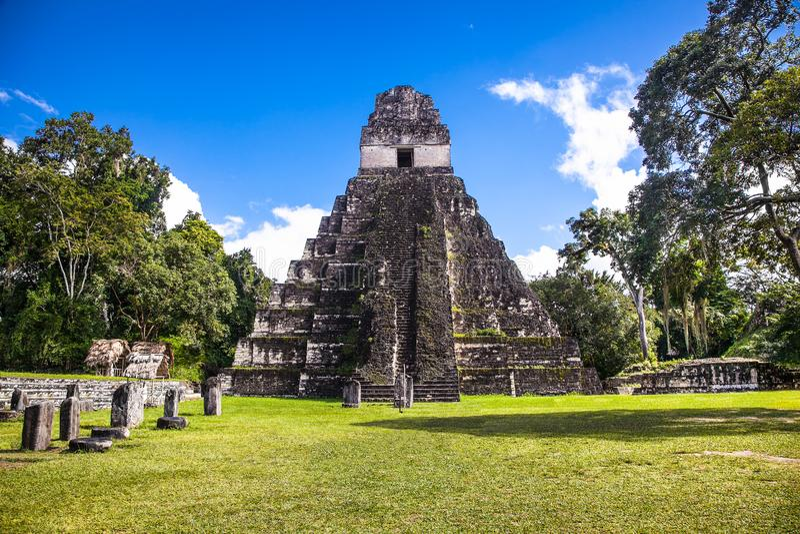 Plaza de Gran no local arqueológico Tikal, Guatemala imagens de stock royalty free