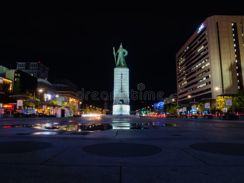 Plaza de Gwanghwamun con la estatua del almirante Yi Sun Sin imagen de archivo libre de regalías