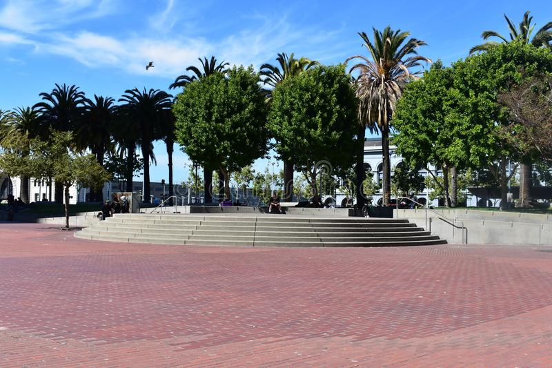 Plaza de Justin Herman /Embarcadero pour la promenade regardant vers le secteur d'étape photos libres de droits