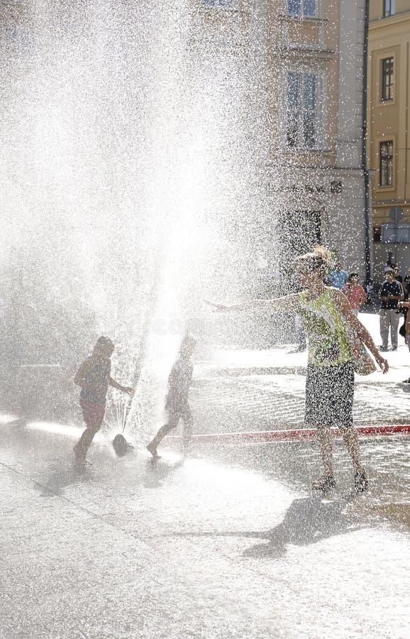 Plaza de Kraków (Polonia) debajo de la fuente imagenes de archivo