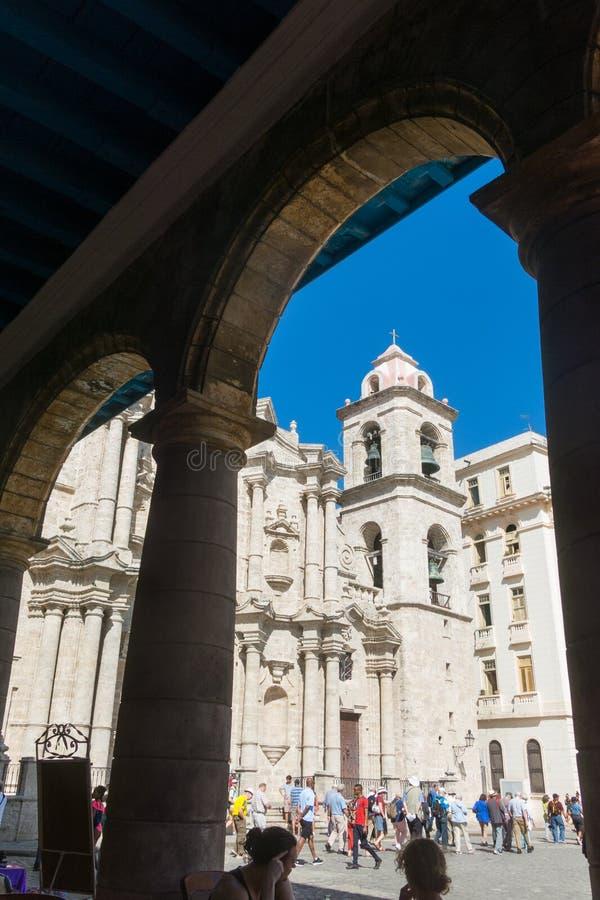 Plaza de la Catedral English: Kathedralen-Quadrat ist einer der fünf Hauptplätze in altem Havana und im Standort der Kathedrale v stockfotos