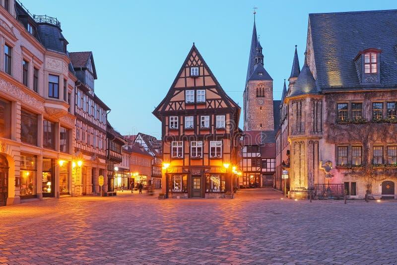 Plaza de la ciudad Quedlinburg en la hora azul fotografía de archivo libre de regalías