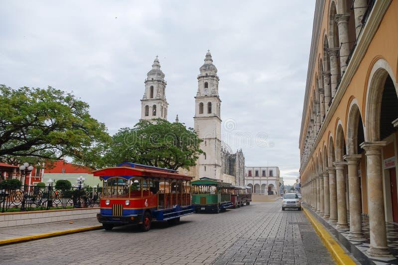 Plaza de la independencia, trenes del turista y catedral en el contrario fotografía de archivo libre de regalías