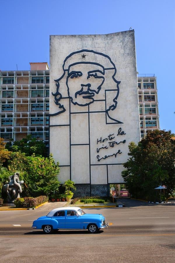 Plaza de la Revolution, Αβάνα, Κούβα - 30/03/2018: Τουρίστες με μπλε αυτοκίνητο που διασχίζουν το κτίριο με πορτρέτο στοκ εικόνες