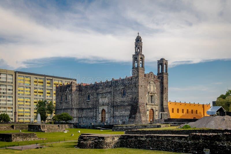Plaza de las Tres Culturas tres cultiva el cuadrado en Tlatelolco - Ciudad de México, México imagenes de archivo