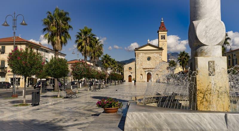 Plaza de mármol con la fuente fotografía de archivo libre de regalías