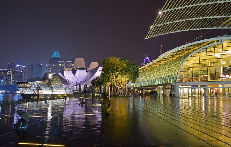 Plaza de Marina Bay Sands Promenade Event con los Shoppes y Art Science Museum y Louis Vuitton Island Maison en un día lluvioso imagenes de archivo