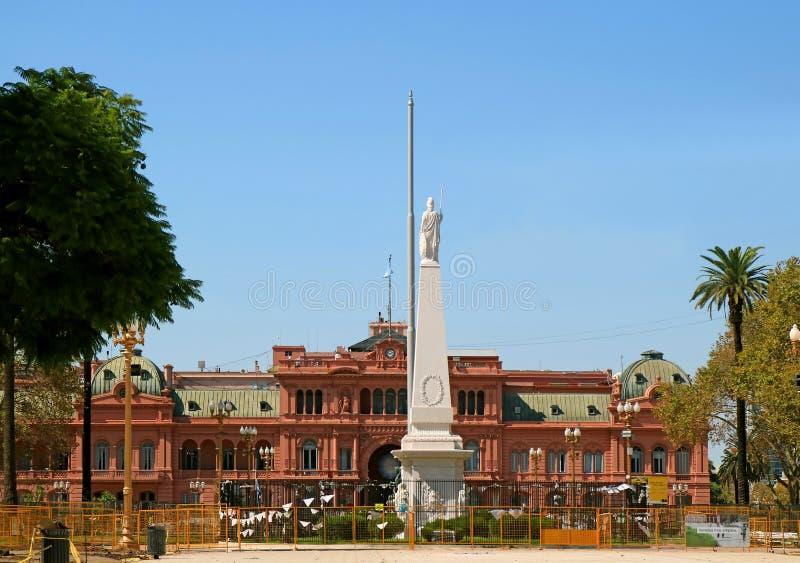 Plaza de Mayo avec le palais présidentiel de Rosada de monument et de maison de pyramide de mai pendant la rénovation en avril 20 photos libres de droits