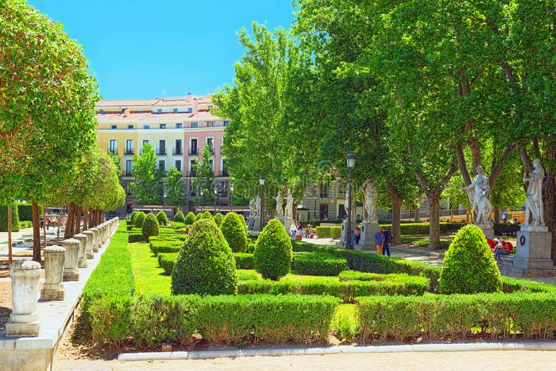 Plaza de Oriente, gränsmärke, århundradeplaza för th 19 med formella garde royaltyfria foton
