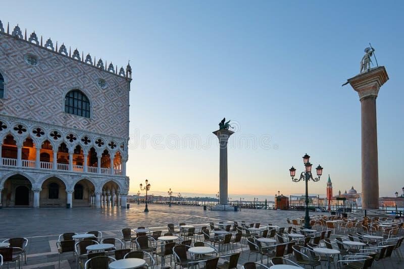 Plaza de San Marcos con las tablas vacías de la acera, nadie en Venecia imagenes de archivo