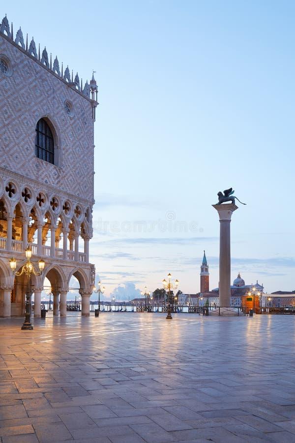 Plaza de San Marcos y columna con el león con alas, madrugada en Venecia imágenes de archivo libres de regalías
