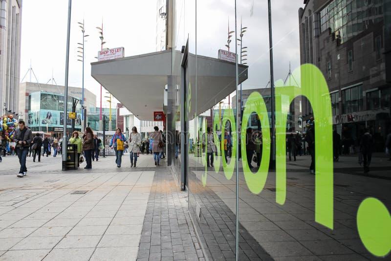Plaza de toros de Birmingham, foto de una ventana de la tienda con un mensaje verde fotos de archivo libres de regalías