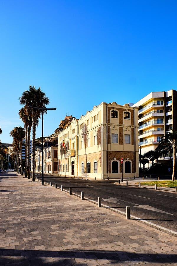 Plaza de vue de rue Puerta Del Mar près de port et promenade maritime d'Alicante, Espagne images libres de droits
