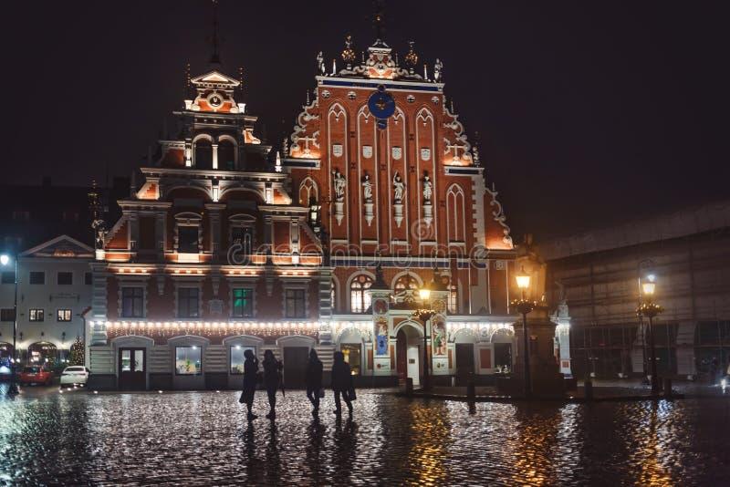 Plaza del ayuntamiento con Casa de las Cabezas Negra foto de archivo