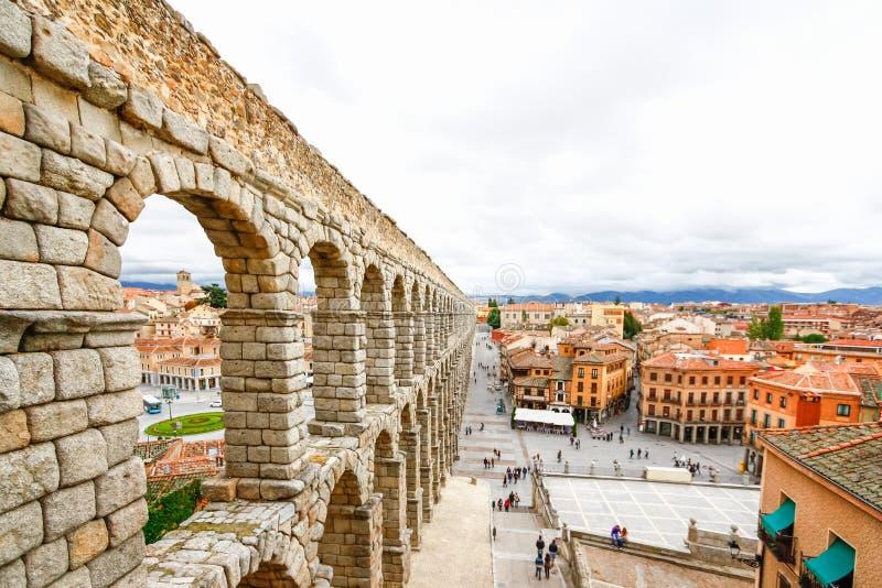 Plaza del Azoguejo y el acueducto romano antiguo en Segovia, SP imagenes de archivo