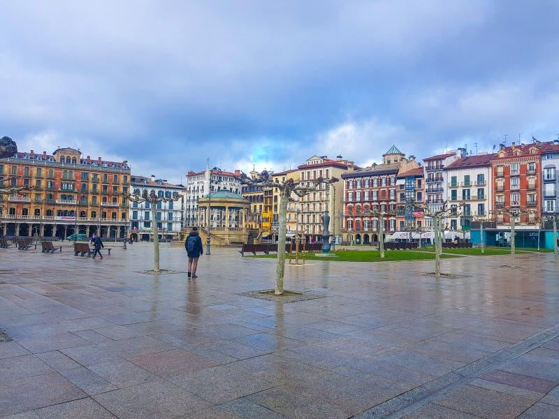 Plaza del Castillo d'image latérale de Pamplona dans lequel vous pouvez voir les bâtiments qui le forment et le kiosque contral s photos libres de droits