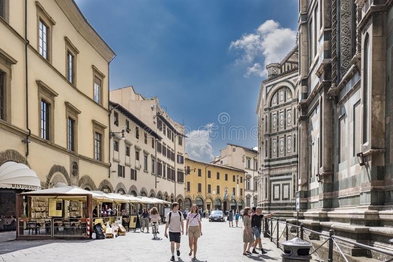 Plaza del Duomo met terrassen van bars met terrasbars met paraplu's gedeeltelijke mening van de kant van de Kathedraal van royalty-vrije stock foto