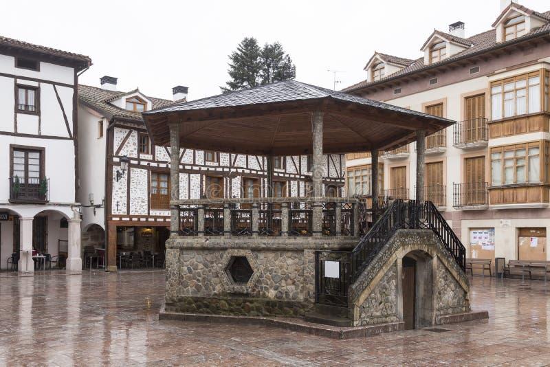 Plaza del kiosco a Ezcaray, Rioja spain fotografie stock