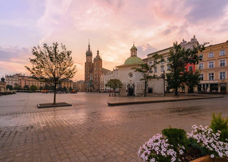Plaza del mercado de Kraków en salida del sol rosada foto de archivo libre de regalías