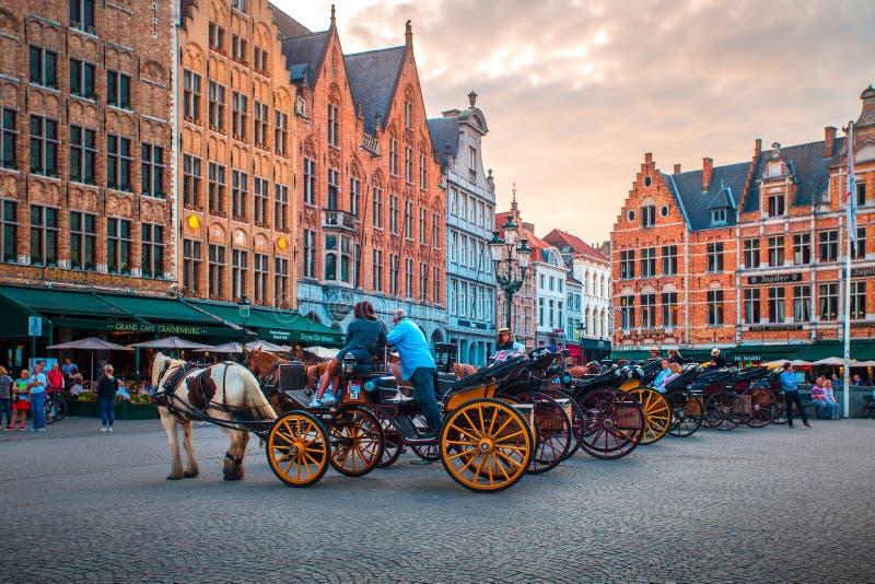 Plaza del mercado en Brujas con los turistas imagen de archivo libre de regalías