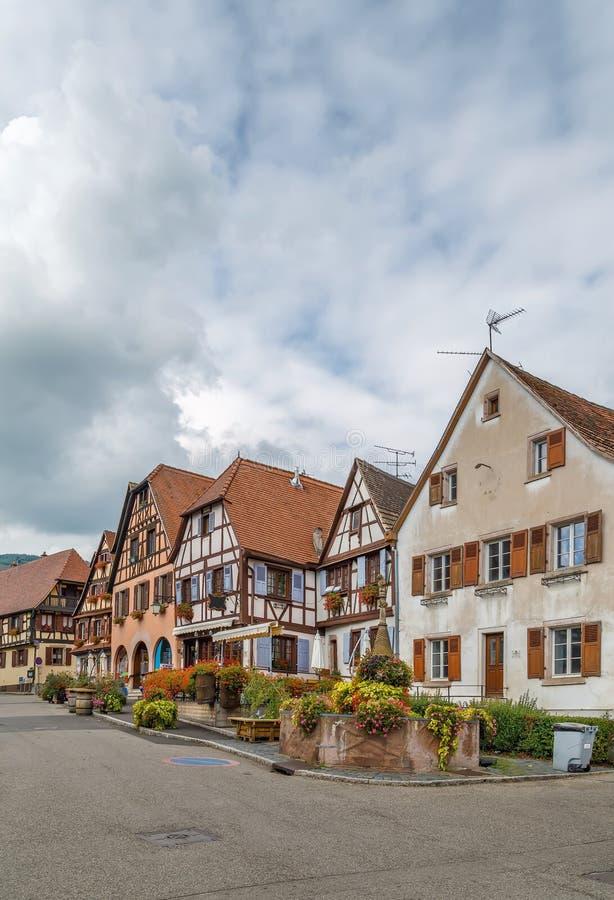 Plaza del mercado en el Dambach-la-Ville, Alsacia, Francia imagen de archivo