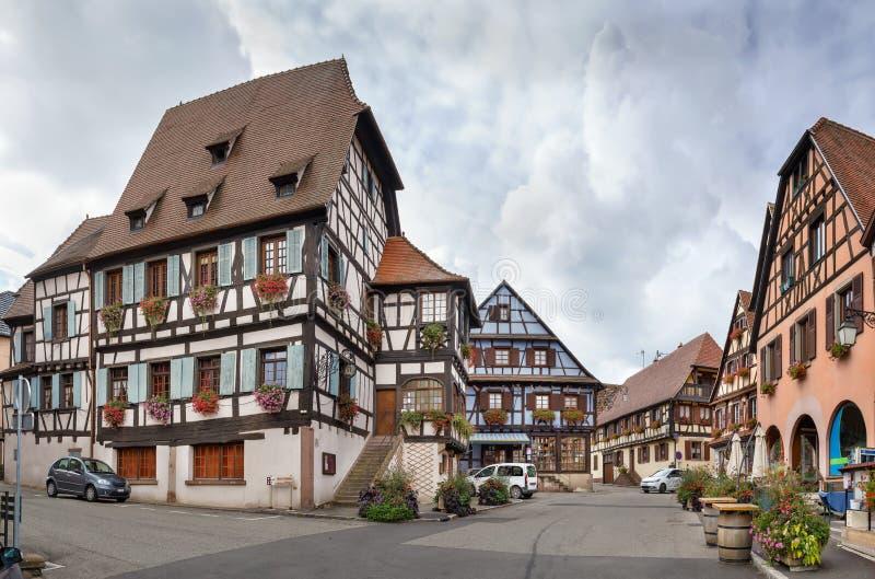 Plaza del mercado en el Dambach-la-Ville, Alsacia, Francia fotos de archivo libres de regalías