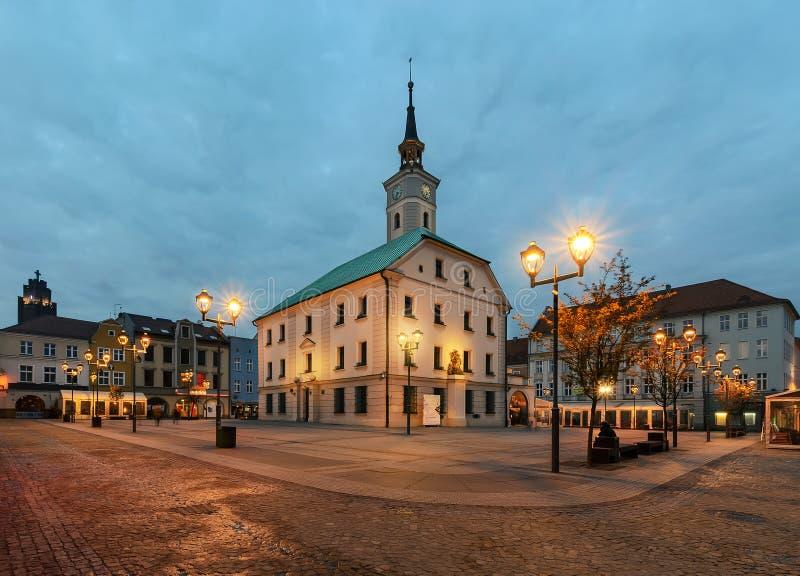 Plaza del mercado en Gliwice con el ayuntamiento en otoño imágenes de archivo libres de regalías