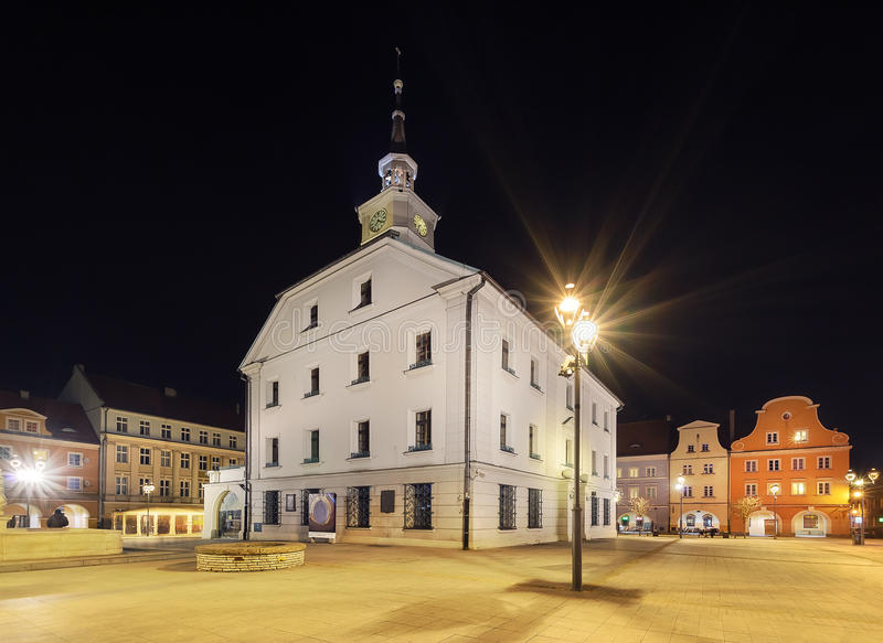 Plaza del mercado en Gliwice con el ayuntamiento por la tarde imagen de archivo