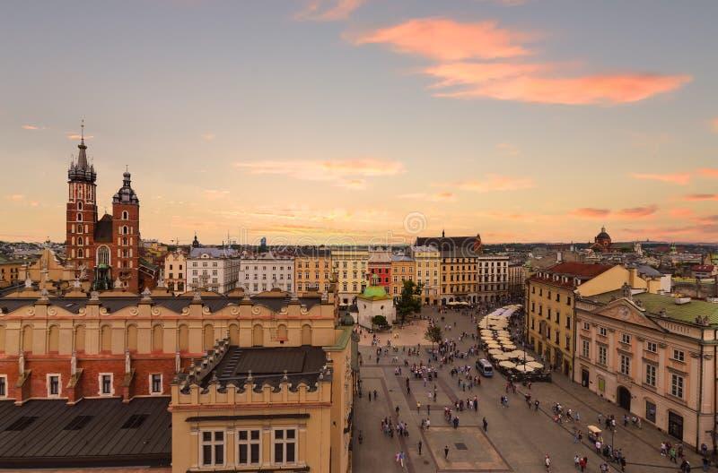 Plaza del mercado en puesta del sol, Polonia de Kraków fotografía de archivo