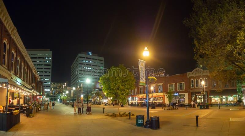 Plaza del mercado, Knoxville, Tennessee, los Estados Unidos de América: [Vida de noche en el centro de Knoxville] imagen de archivo