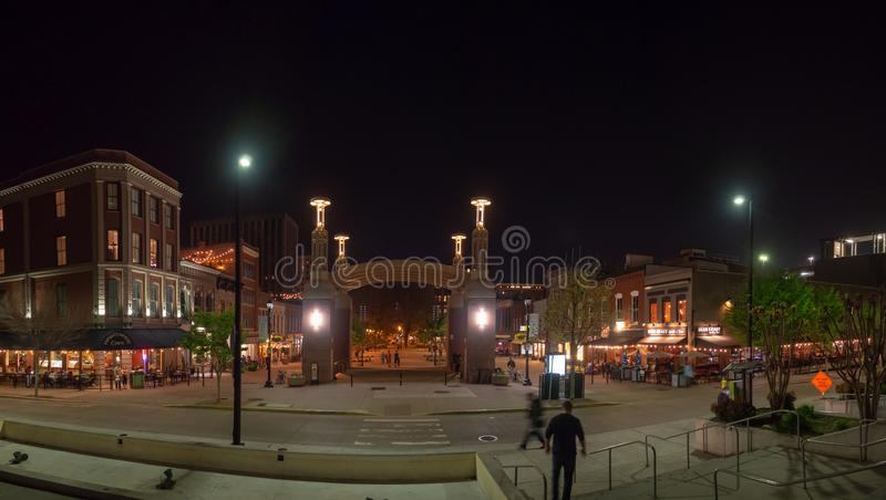 Plaza del mercado, Knoxville, Tennessee, los Estados Unidos de América: [Vida de noche en el centro de Knoxville] fotos de archivo