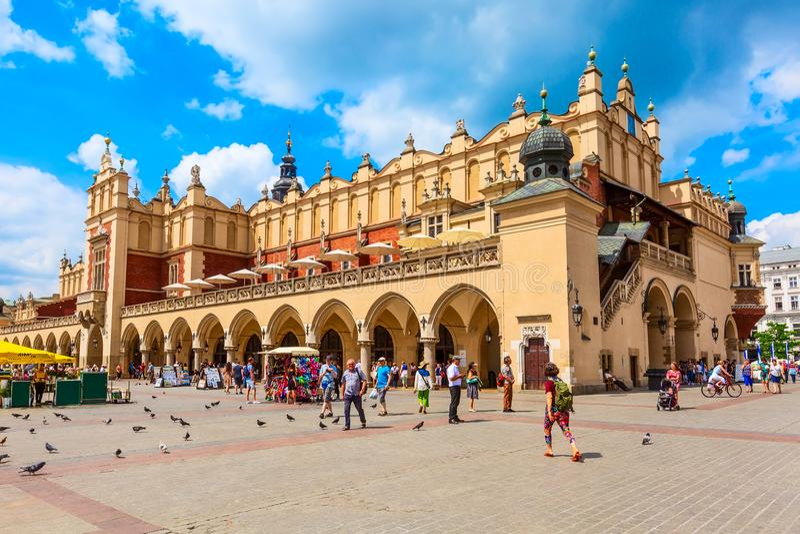 Plaza del mercado principal de Kraków, Polonia, paño Pasillo imagenes de archivo