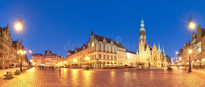 Plaza del mercado y ayuntamiento en la noche en Wroclaw, Polonia imagen de archivo