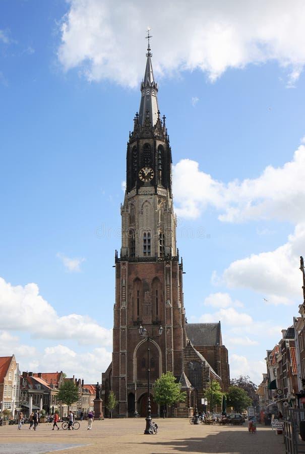 Plaza del mercado y nueva iglesia en la cerámica de Delft, Holanda imagenes de archivo