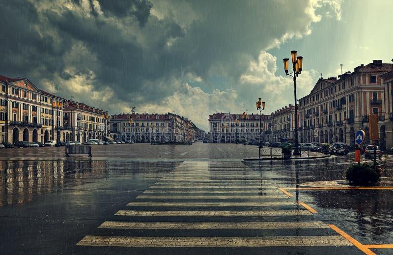 Plaza della città al giorno piovoso a Cuneo, Italia. fotografia stock libera da diritti