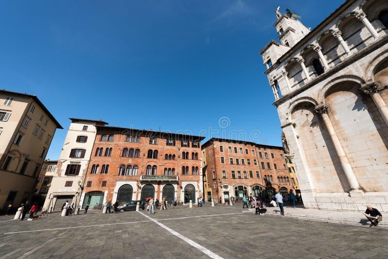 Plaza e iglesia de San Micaela in foro - Lucca Italia fotografía de archivo libre de regalías