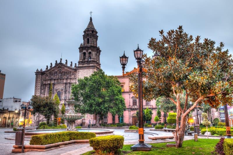 Plaza e vie del centro di San Luis Potosi ad alba immagine stock libera da diritti