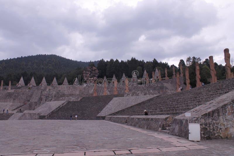 Plaza, escaleras, monumentos y silos en el Centro Ceremonial Otomi en Estado de México imagen de archivo