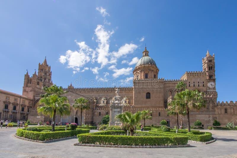 Plaza fora da construção em Palermo, Itália imagens de stock