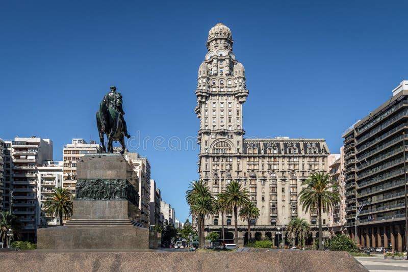 Plaza Independencia y salvedad de Palacio - Montevideo, Uruguay imagen de archivo