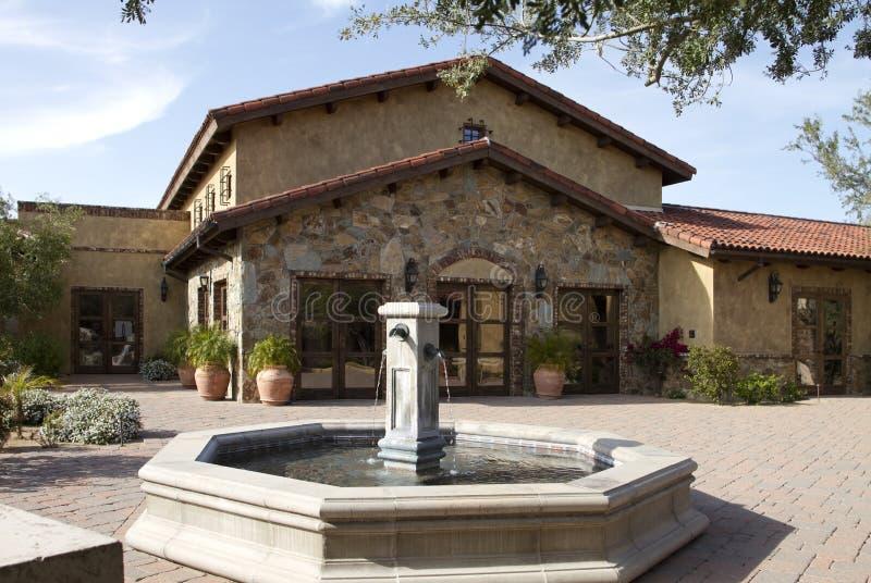 Plaza italienne de villa et de centre avec la fontaine images stock