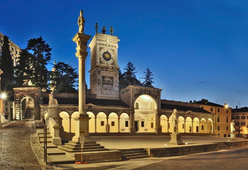 Plaza Libertà di sera Udine foto de archivo