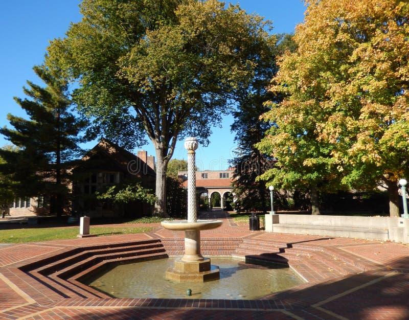 Plaza med den klassiska springbrunnen arkivfoto