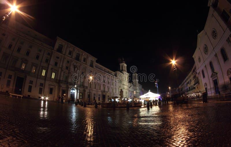 Plaza Navona en la noche en Roma imagenes de archivo